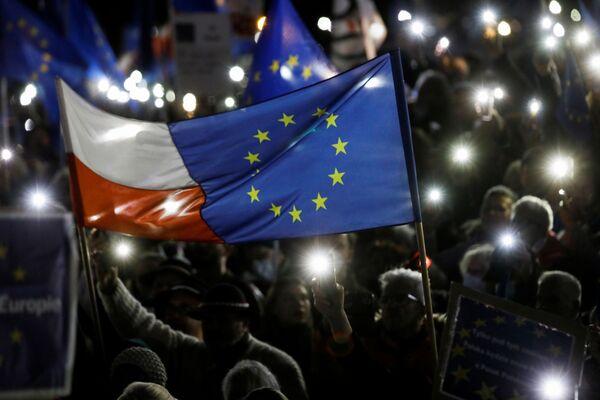 """""""Violare gli standard europei ci sta togliendo diritti e libertà, quindi dobbiamo protestare insieme"""", ha detto Tusk alla folla. """"Se stabiliamo un denominatore comune, sconfiggeremo questo governo spietato, e non solo su questo tema"""". - Sputnik Italia"""