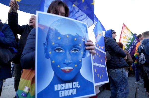 Anche in altre città europee, come la capitale tedesca Berlino, sono in corso manifestazioni a supporto di una Polonia saldamente dentro l'Unione europea. Le formazioni di estrema destra hanno già annunciato la loro contromanifestazione. - Sputnik Italia
