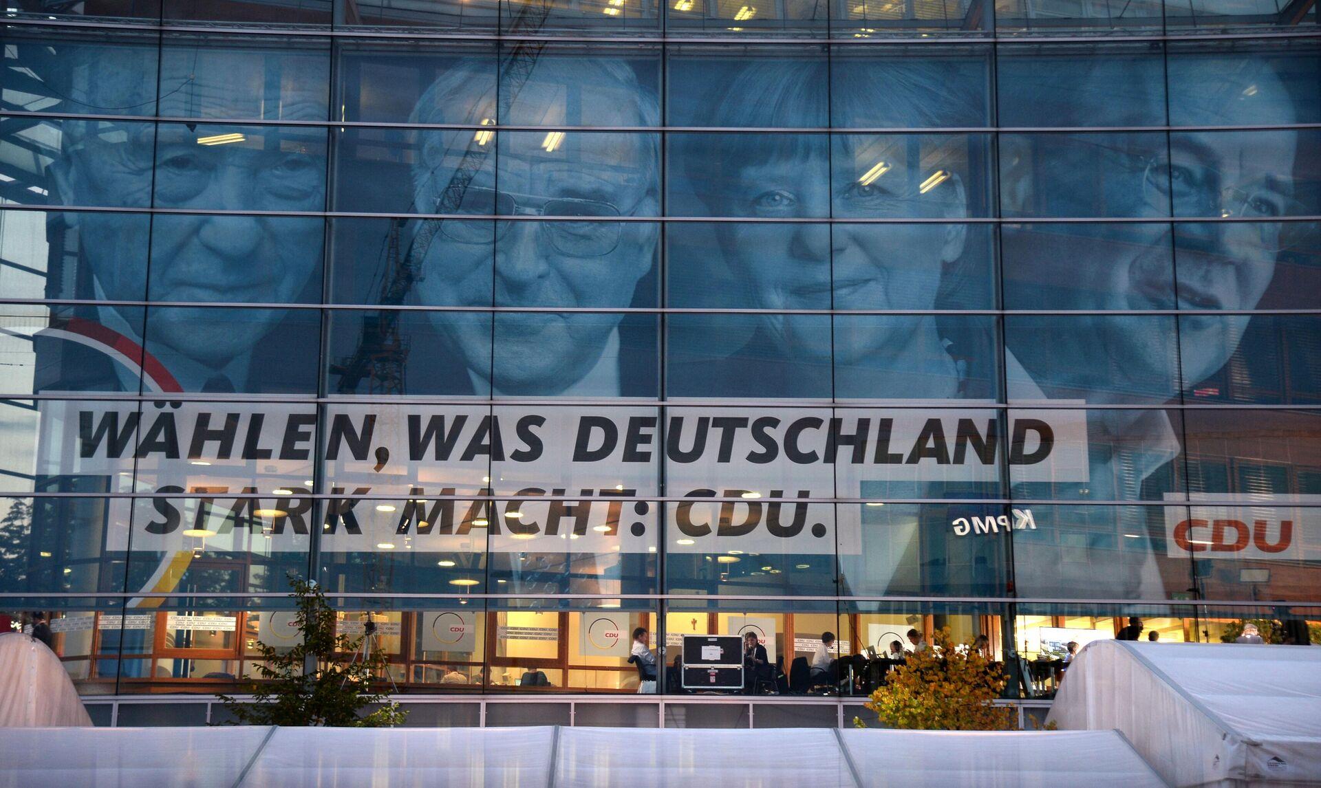 Un manifesto elettorale della CDU che raffigura Angela Merkel accanto ad Helmut Kohl - Sputnik Italia, 1920, 11.10.2021