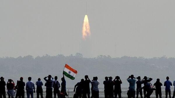 Зрители наблюдают запуск индийской ракеты-носителя PSLV-C37 на Шрихарикоте  - Sputnik Italia