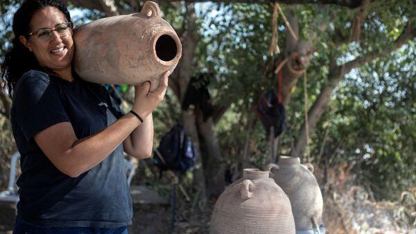 Одна из руководителей раскопок 1500-летней византийской винодельни в израильском городе Явне - Sputnik Italia