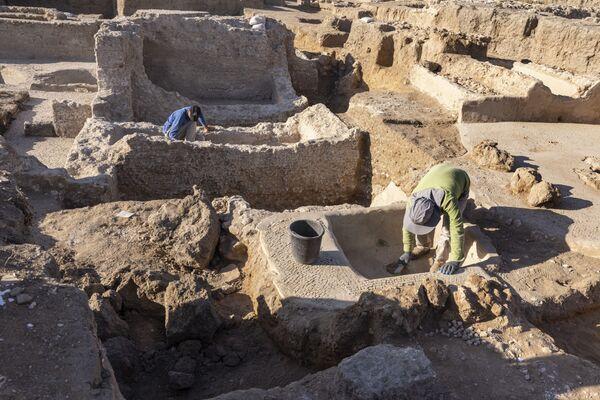 La squadra di esperti, guidati dall'Autorità nazionale per l'archeologia, ha scoperto 5 vasche per la pigiatura da 225 metri quadri, due grandi tini ottagonali per il mosto e quattro forni adibiti alla 'cottura' dell'argilla, lavorata in modo che assumesse la particolare forma allungata di quelle che sono state già battezzate 'giare di Gaza', nelle quali il vino veniva fatto invecchiare. - Sputnik Italia