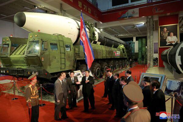 Quello che ha attirato di più l'attenzione degli esperti è stato il nuovo missile ipersonico Hwasong-8. Il missile nordcoreano è simile al missile DF-17 dell'Esercito Popolare di Liberazione cinese. Hwasong-8 si distingue però dal DF-17 a combustibile solido per il suo motore a razzo a propellente liquido. - Sputnik Italia