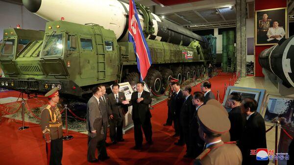 Лидер КНДР Ким Чен Ын на выставке оборонной промышленности в Пхеньяне  - Sputnik Italia