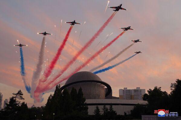 Durante la mostra, si è svolta anche un'esibizione di acrobazie aeree della pattuglia acrobatica nordcoreana. - Sputnik Italia