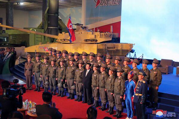 Il leader della Corea del Nord Kim Jong-un ha posato per le foto con il personale militare nordcoreano alla mostra Autodifesa 2021. - Sputnik Italia