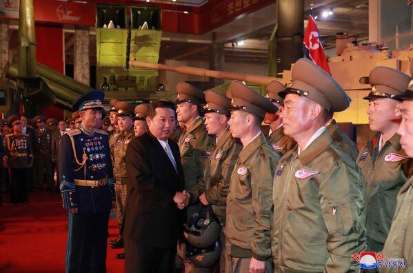 Alla mostra Autodifesa 2021, organizzata in occasione del 76° anniversario della fondazione del Partito dei Lavoratori della Corea del Nord, ha assistito il leader nordcoreano Kim Jong-un. Il capo di stato ha dichiarato che lo sviluppo di armamenti è  necessario per l'autodifesa e non per iniziare una guerra. - Sputnik Italia
