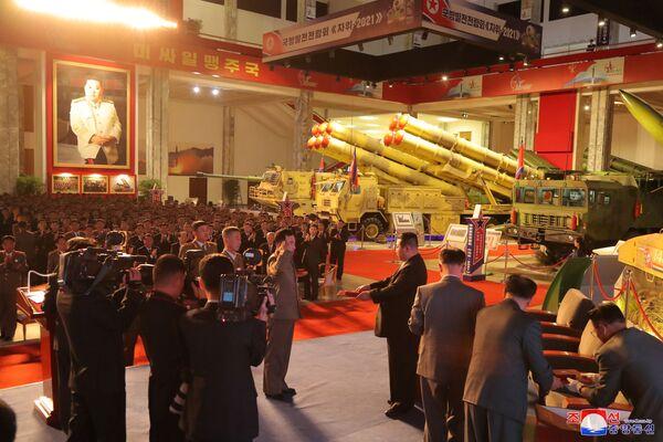 Nel corso della mostra, sono stati presentati alcune armi di nuova concezione, compresi i missili balistici intercontinentali che la Corea del Nord ha già testato o mostrato durante le parate militari negli ultimi anni, tra cui anche l'ultimo Icbm (Intercontinental Ballistic Missile). - Sputnik Italia