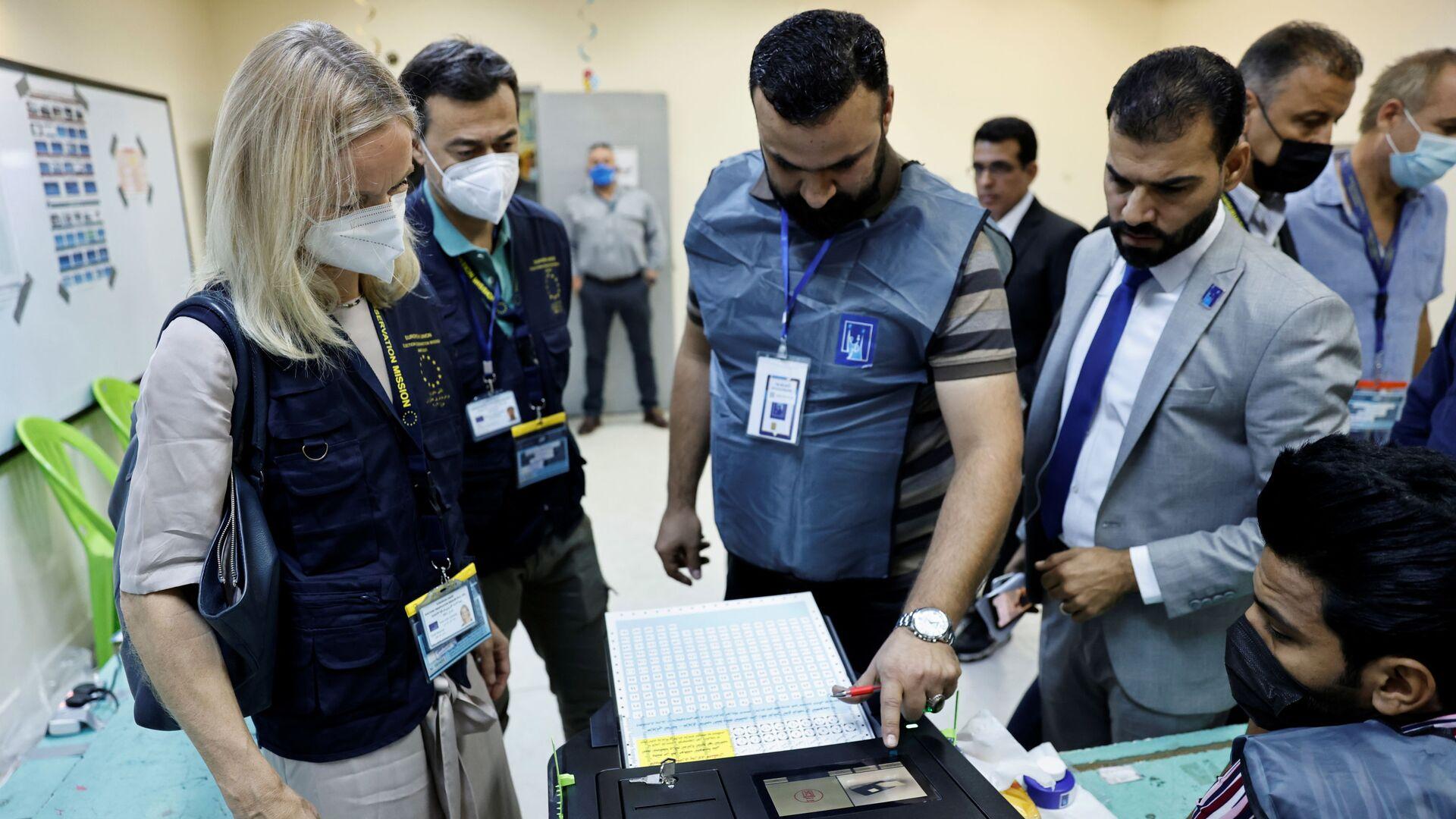Viola Von Cramon, capo della missione di osservazione elettorale dell'UE nella Repubblica dell'Iraq, visita un seggio elettorale durante il voto anticipato per le elezioni parlamentari irachene, a Baghdad, Iraq, 8 ottobre 2021. - Sputnik Italia, 1920, 14.10.2021