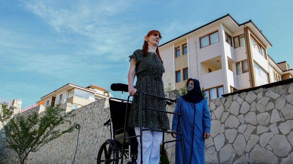 Самая высокая женщина в мире Румейса Гельги позирует со своей матерью Сафие Гельги во время пресс-конференции, Турция - Sputnik Italia