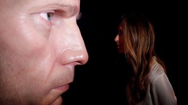 Скульптура австралийского художника Рона Муека «Темное место» в галерее Таддеуса Ропака, Великобритания - Sputnik Italia