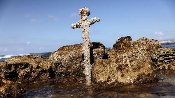 Меч, предположительно принадлежавший крестоносцу, найденный в Средиземном море - Sputnik Italia