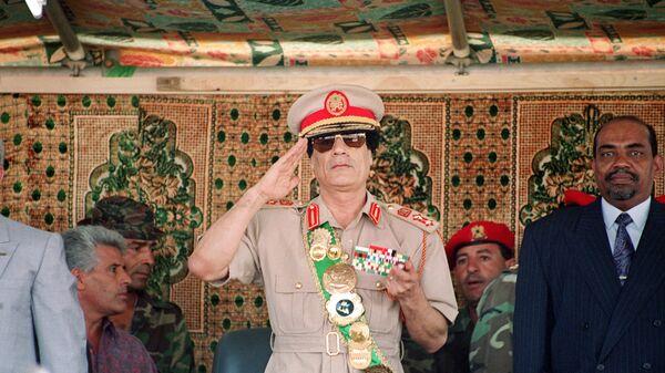 Лидер Ливии Муаммар Каддафи на военном параде в честь 25-летия его прихода к власти в Триполи, 1994 год - Sputnik Italia