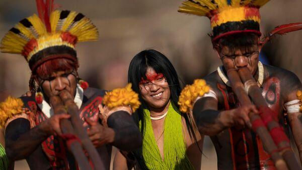 Люди племен Явалапити, Калапало и Мехинако играют на бамбуковых флейтах уруа во время похоронного ритуала Куаруп в память о вожде в парке коренных народов Шингу в Бразилии - Sputnik Italia