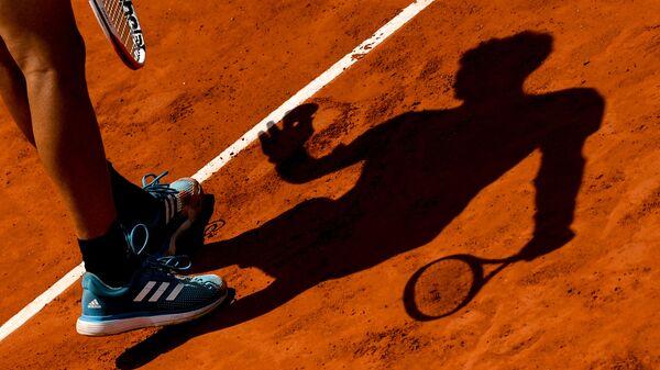 Тень от теннисиста Доминика Тима в матче 1/2 финала мужского одиночного разряда Открытого чемпионата Франции по теннису против Новака Джоковича - Sputnik Italia