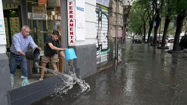Очистка помещений от воды после после ливня на Сицилии - Sputnik Italia