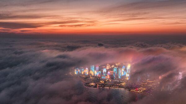 Жилые здания среди тумана в Циндао, Китай - Sputnik Italia