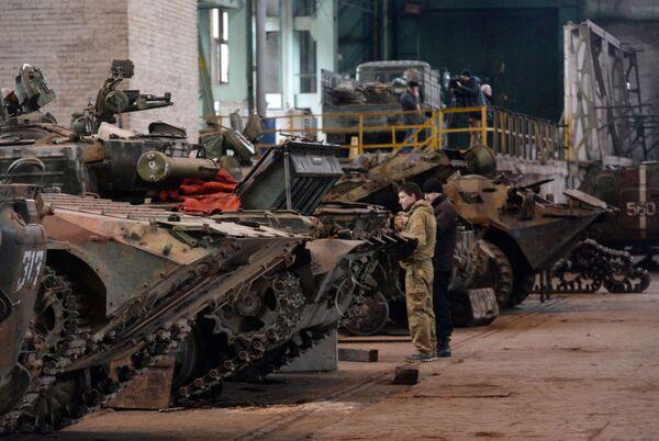 Stabilimento per la riparazione dei mezzi militari a Donetsk - Sputnik Italia