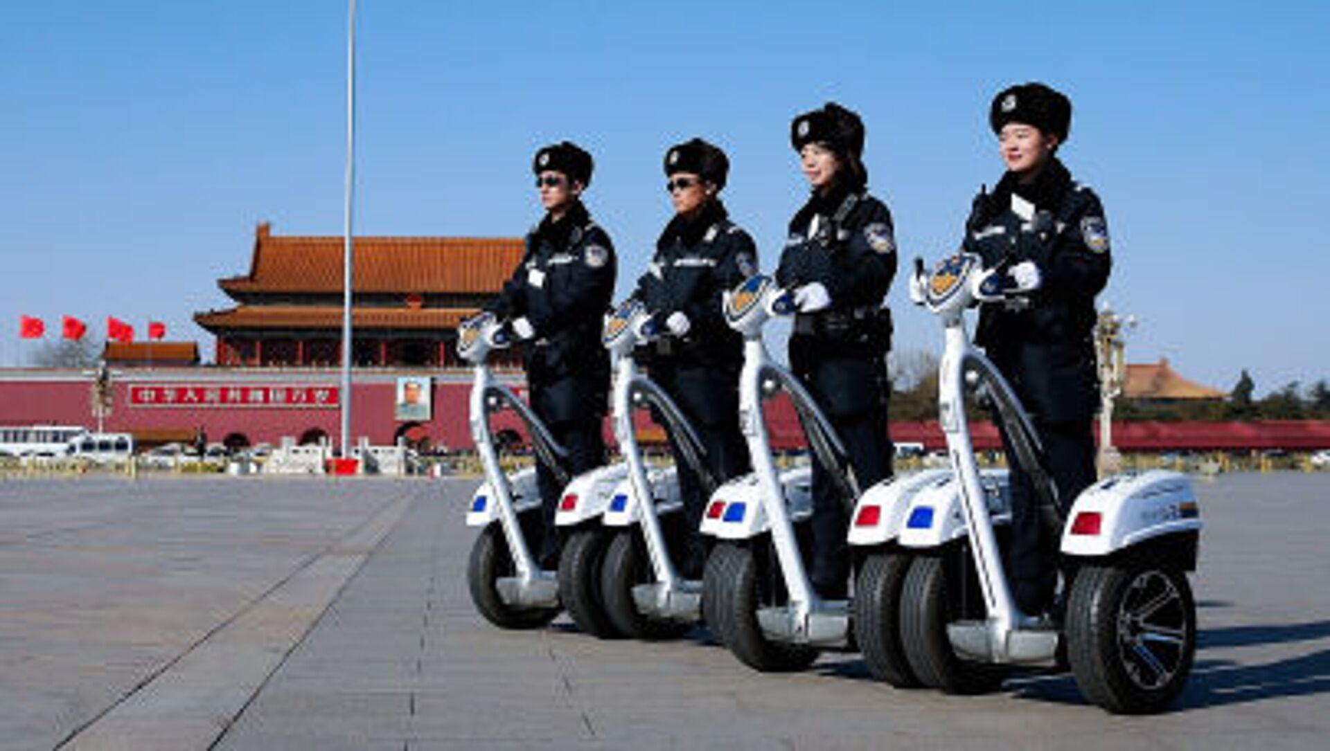 Полицейские на сегвеях на площади Тяньаньмэнь - Sputnik Italia, 1920, 08.02.2021