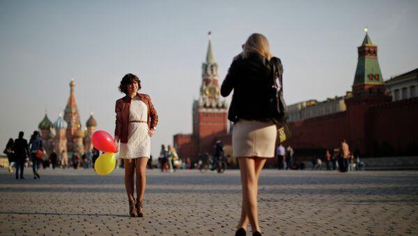 Una giovane donna russa mentre fotografa un'amica sulla Piazza Rossa - Sputnik Italia