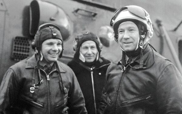 Jurij Gagarin (a sinistra) e Alexei Leonov (a destra) sul campo d'aviazione dopo una sessione di allenamento. - Sputnik Italia