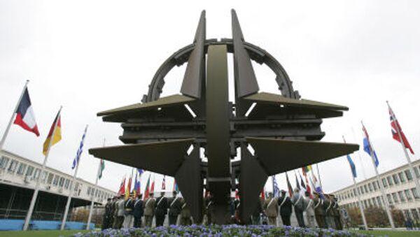 Символ НАТО перед штаб-квартирой НАТО в Брюсселе - Sputnik Italia