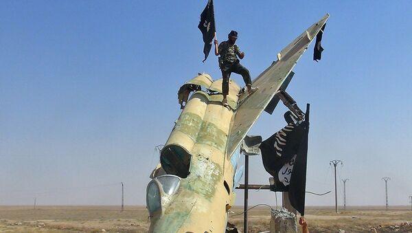 Combattenti dello Stato Islamico sventolano la loro bandiera su un velivolo nemico. - Sputnik Italia
