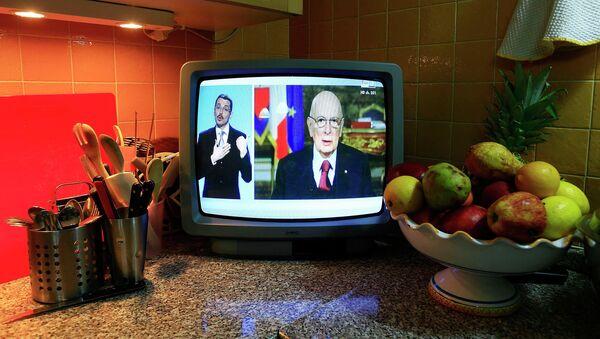 Italian President Giorgio Napolitano (R) is seen in a television as he delivers his speech to Italians in Rome December 31, 2014 - Sputnik Italia