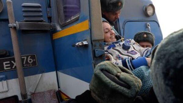 Летчик-космонавт Елена Серова после приземления капсулы Союз ТМА-14М в Жезказгане в центральной части Казахстана - Sputnik Italia