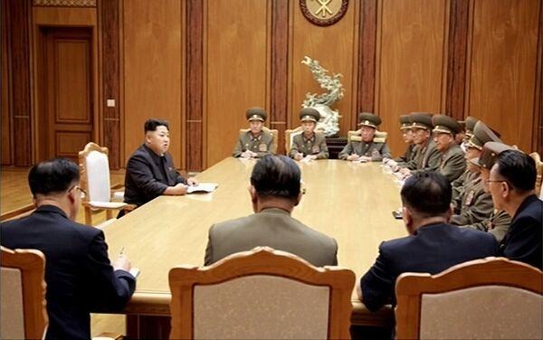 Kim Jong-un con i membri del Consiglio di Sicurezza nordcoreano - Sputnik Italia