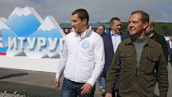 Председатель правительства России Дмитрий Медведев во время посещения острова Итуруп на Курилах - Sputnik Italia