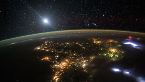 An astronaut flying over Central America in the International Space Station earlier this month captured this photo of the nighttime sky above Earth. - Sputnik Italia