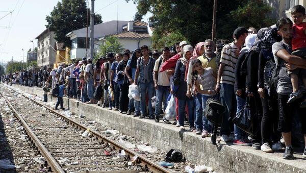 Migranti aspettano un treno per la Serbia - Sputnik Italia