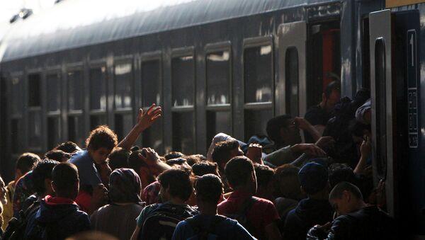 Migranti in Ungheria cercano di salire sul treno - Sputnik Italia