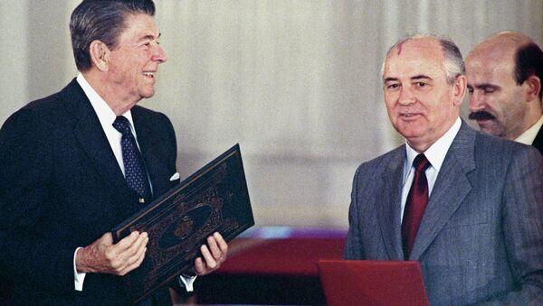 Il Presidente USA Ronald Reagan e Michail Gorbachev alla firma del trattato sull'eliminazione dei missili a lungo e medio raggio - Sputnik Italia