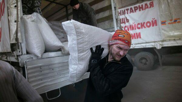 Scarico convoglio umanitario russo per il Donbass - Sputnik Italia