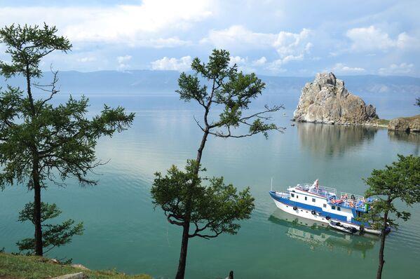 Una nave naviga sul lago Bajkal vicino all'isola Ol'chon. È la più grande e l'unica isola abitata del lago. - Sputnik Italia