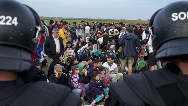 Migranti siriani in Serbia dopo l'attraverso del confine ungherese - Sputnik Italia