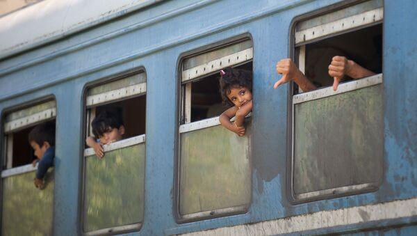 Treno di profughi in Serbia - Sputnik Italia