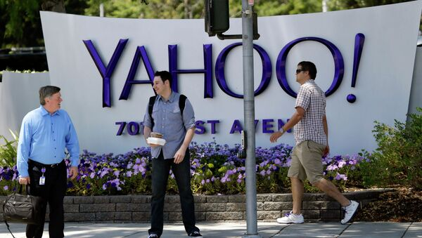 Gente passa vicino alla sede di Yahoo - Sputnik Italia