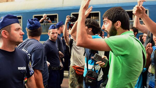 Migrants protest at the Eastern (Keleti) railway station of Budapest on September 1, 2015, during the evacuation of the railway station by local police. - Sputnik Italia