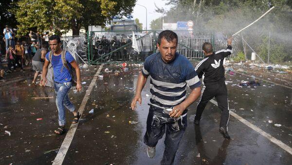 Scontri tra polizia e migranti al confine tra Serbia e Ungheria - Sputnik Italia