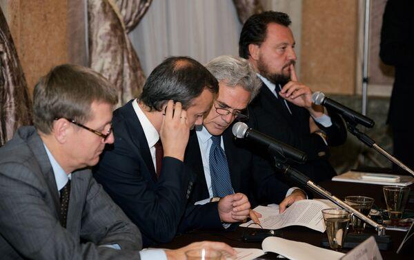 Il vice primo ministro russo Arkadiy Dvorkovich seduto a fianco dell'ambasciatore Regaglini. - Sputnik Italia