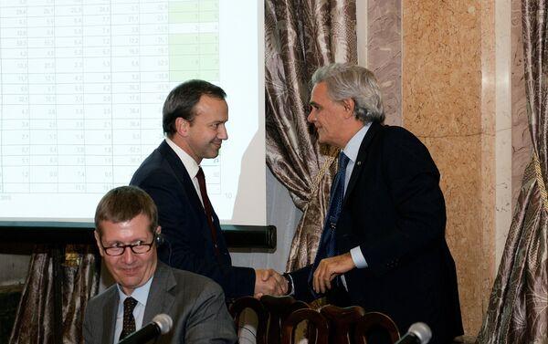 Stretta di mano fra l'ambasciatore Ragaglini ed il vice primo ministro Dvorkovich - Sputnik Italia