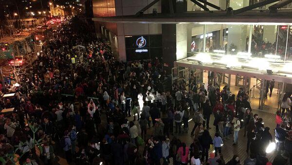 Evacuazine in un centro commerciale a Santiago dopo un terremoto devastante - Sputnik Italia