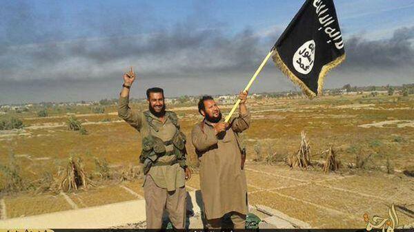 Combattenti ISIS con la bandiera della loro organizazzione - Sputnik Italia
