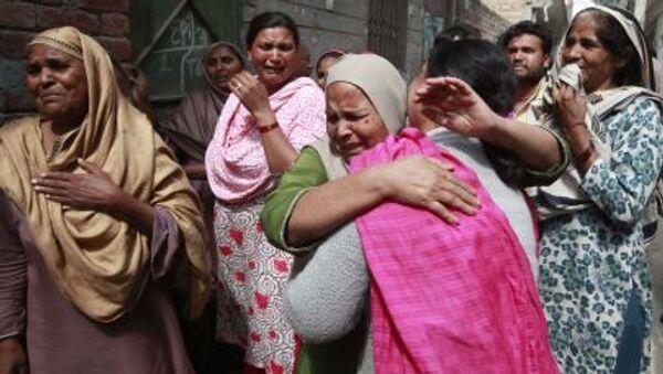 Женщины оплакивает смерть своих родственников после взрыва у церкви в Лахоре, Пакистан - Sputnik Italia