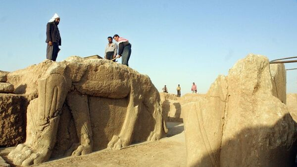 A file picture taken on July 17, 2001 shows Iraqi workers cleaning a statue of winged bull at an archeological site in Nimrud, 35 Kilometers (22 miles) southeast of the northern city of Mosul - Sputnik Italia