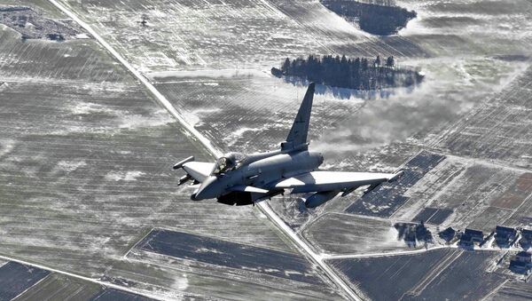 An Italian Air Force Eurofighter Typhoon fighter patrols over the Baltics during a NATO air policing mission from Zokniai air base near Siauliai February 10, 2015. - Sputnik Italia