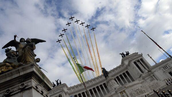 Le Frecce Tricolori si esibiscono nel cielo di Roma, sopra l'Altare della Patria - Sputnik Italia